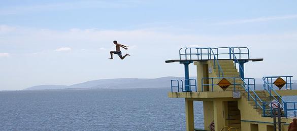 record-salto-piscina-elevada