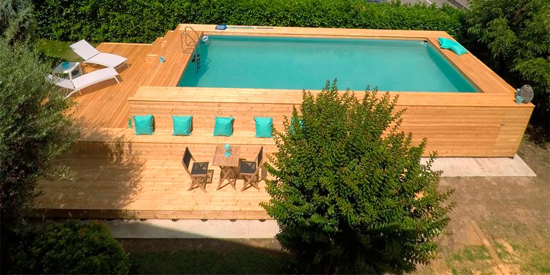 piscina elevada revestida de madera y entorno acondicionado también en madera